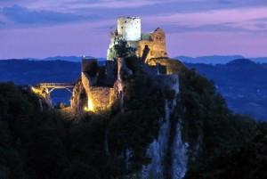 Stari grad Srebrenik Gradina predveče.