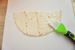 Premazati jedan dio ljepilom od brašna i vode