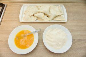 Pripremiti jaja, brašno i krušne mrvice za paniranje
