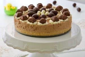 Kinder bueno torta bez pečenja ukrašena je prigodno i spremna!