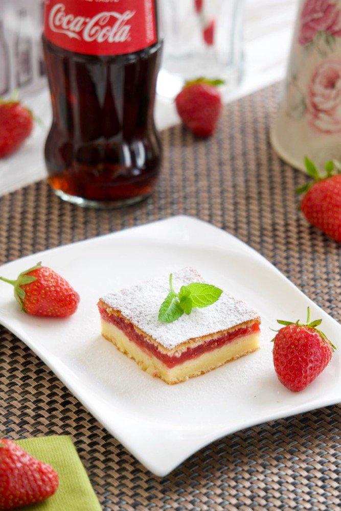 Jednostavni kolač sa vrhnjem i jagodama