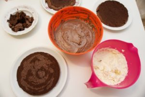 Skuhati kremu, napraviti šlag i filati tortu