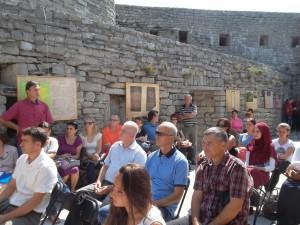 Veoma toplo vrijeme nije smetalo mnogim građanima da  dođu na izložbu Bosna u vrijeme Kulina bana