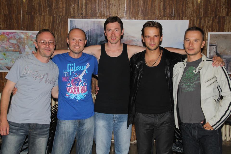 Generacija bez kompasa | S lijeva na desno: Nedim Bajrektarević (bass gitara), Almin Bajrektarević (solo gotara), Muharem Bajrektarević (bubanj), Malik Smajlović (vokal), Faruk Smajlović (klavijature)