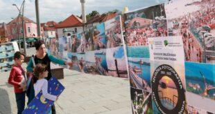 """Na Trgu Slobode u Tuzli postavljena izložba slika """"Jezero Modrac – izvor života"""""""